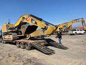 中型履带式挖掘机合作现场